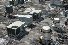 宣扬在大厦的屋顶安装的通风系统 免版税图库摄影