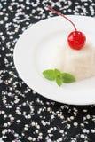 宣扬在板材的白色奶油甜点点心装饰用樱桃和 免版税库存图片