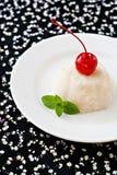 宣扬在板材的白色奶油甜点点心装饰用樱桃和 免版税图库摄影