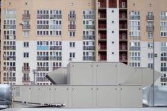 宣扬处理中央通风系统的单位屋顶 库存照片