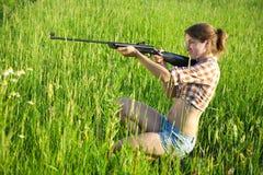 宣扬女孩步枪 免版税库存照片