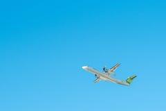 宣扬波儿地克的飞机投炸弹者破折号8 Q400 YL-BAI 免版税库存照片