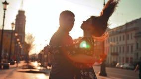 宣扬爱 花费时间的逗人喜爱的浪漫夫妇,一起跳舞在城市 股票录像