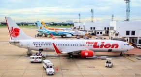 宣扬计划在跑道的泰国狮航, Nok空气停车处和prepareing 库存照片