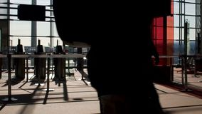 宣扬通过空的机场门的旅客在被日光照射了终端,上做法 股票录像