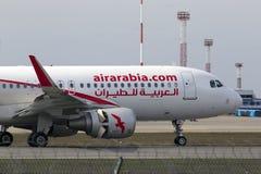 宣扬阿拉伯半岛空中客车A320-200在跑道的航行器着陆 免版税库存照片
