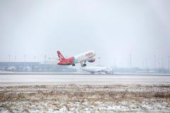 宣扬马耳他离开从多雪的跑道的空中客车A320-200 9H-AEQ 库存图片