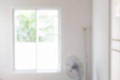 室公寓光明白窗口模糊的背景 库存图片