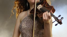 室内乐,使用在无意识而不停地拨弄弓特写镜头的发光的礼服的女孩提琴手 股票录像