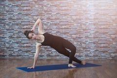 室内华美的少妇实践的瑜伽画象  平静和放松,女性幸福 免版税库存照片