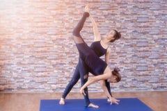 室内华美的少妇实践的瑜伽画象  平静和放松,女性幸福 免版税库存图片