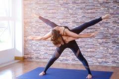 室内华美的少妇实践的瑜伽画象  平静和放松,女性幸福 库存照片