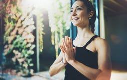 室内华美的少妇实践的瑜伽画象  在类的美丽的女孩实践ardha matsyendrasana 平静 免版税库存图片