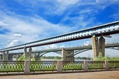 室内地铁桥梁和10月桥梁在鄂毕河 Novosi 免版税图库摄影