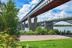 室内地铁桥梁和10月桥梁在鄂毕河 Novosi 免版税库存图片
