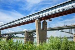 室内地铁桥梁和10月桥梁在鄂毕河 Novosi 库存照片