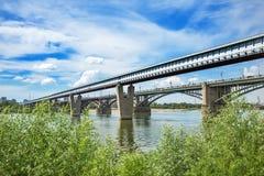 室内地铁桥梁和10月桥梁在鄂毕河 Novosi 免版税库存照片