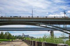室内地铁桥梁和10月桥梁在鄂毕河 Novosi 图库摄影