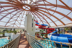 室内塔和幻灯片在星莲属Aquapark在奥拉迪亚,罗马尼亚 免版税库存照片