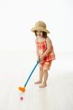 室内女孩高尔夫球使用的一点 免版税库存图片