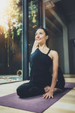 室内愉快的少妇实践的瑜伽画象  在类的美丽的女孩实践放松asana 平静和 库存图片