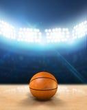 室内探照灯照明的篮球场 图库摄影