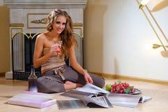 室内杂志读取被射击的坐的妇女 库存照片
