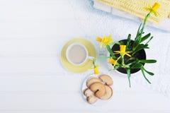 室内桌设置 水仙在有被编织的swe的一个罐开花 图库摄影