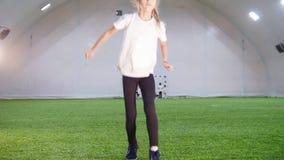 室内橄榄球竞技场 使用与球的一个小女孩 投掷它和击中与腿 影视素材