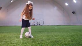 室内橄榄球竞技场 使用与球的一个小女孩 影视素材