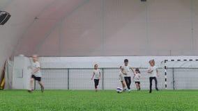 室内橄榄球竞技场 小孩踢橄榄球 跑在领域 股票视频