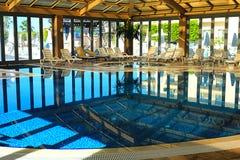 室内游泳池在温泉旅馆里 免版税库存图片