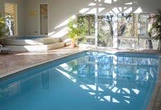 室内游泳池温泉 免版税图库摄影