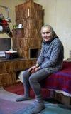 室内老愉快的妇女 免版税库存图片