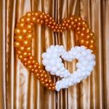室内色的气球心脏形状 免版税库存图片