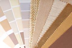 室内装潢、窗帘和颜色选择 库存照片