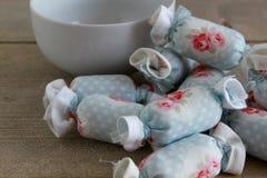 室内装璜的棉花糖与白色碗 免版税图库摄影