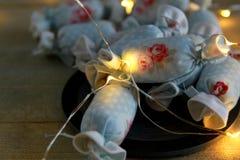 室内装璜的棉花糖在与LED光的板岩 库存图片