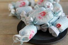室内装璜的棉花糖在板岩 库存图片
