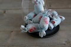 室内装璜的棉花糖在板岩 免版税库存照片