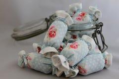 室内装璜的棉花糖在瓶子玻璃 免版税库存照片