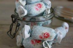 室内装璜的棉花糖在瓶子玻璃 免版税图库摄影