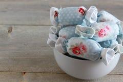 室内装璜的棉花糖在白色碗 免版税图库摄影