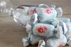 室内装璜的棉花糖在酒杯 免版税库存照片