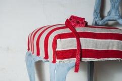 室内装饰品工作 木椅子绘与美丽的织品 免版税库存图片