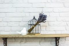 室内装饰玩具 在笼子附近的白色装饰鸟在昂贵的顶楼内部 库存图片