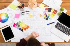 室内设计师与调色板顶视图一起使用 免版税图库摄影