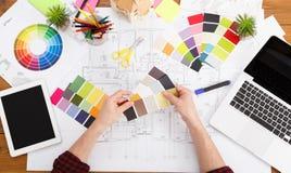 室内设计师与调色板顶视图一起使用 库存照片