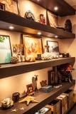 室内设计搁置与旅行纪念品和辅助部件在船舶葡萄酒样式与照明 免版税库存照片