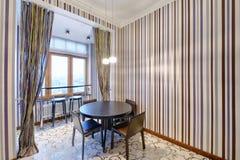室内设计现代厨房在新房里 免版税库存照片
